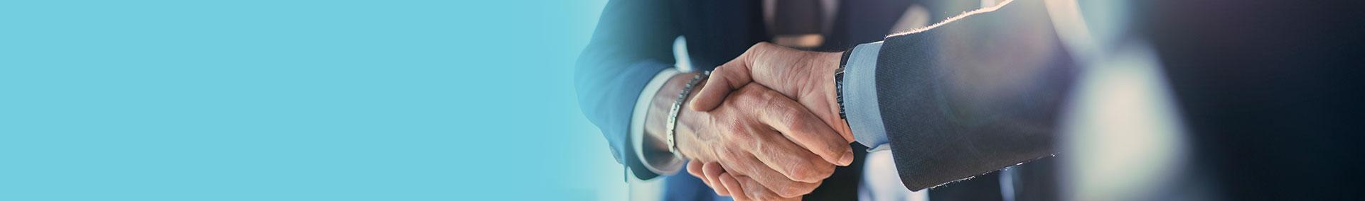 mężczyźni uściskają sobie dłonie